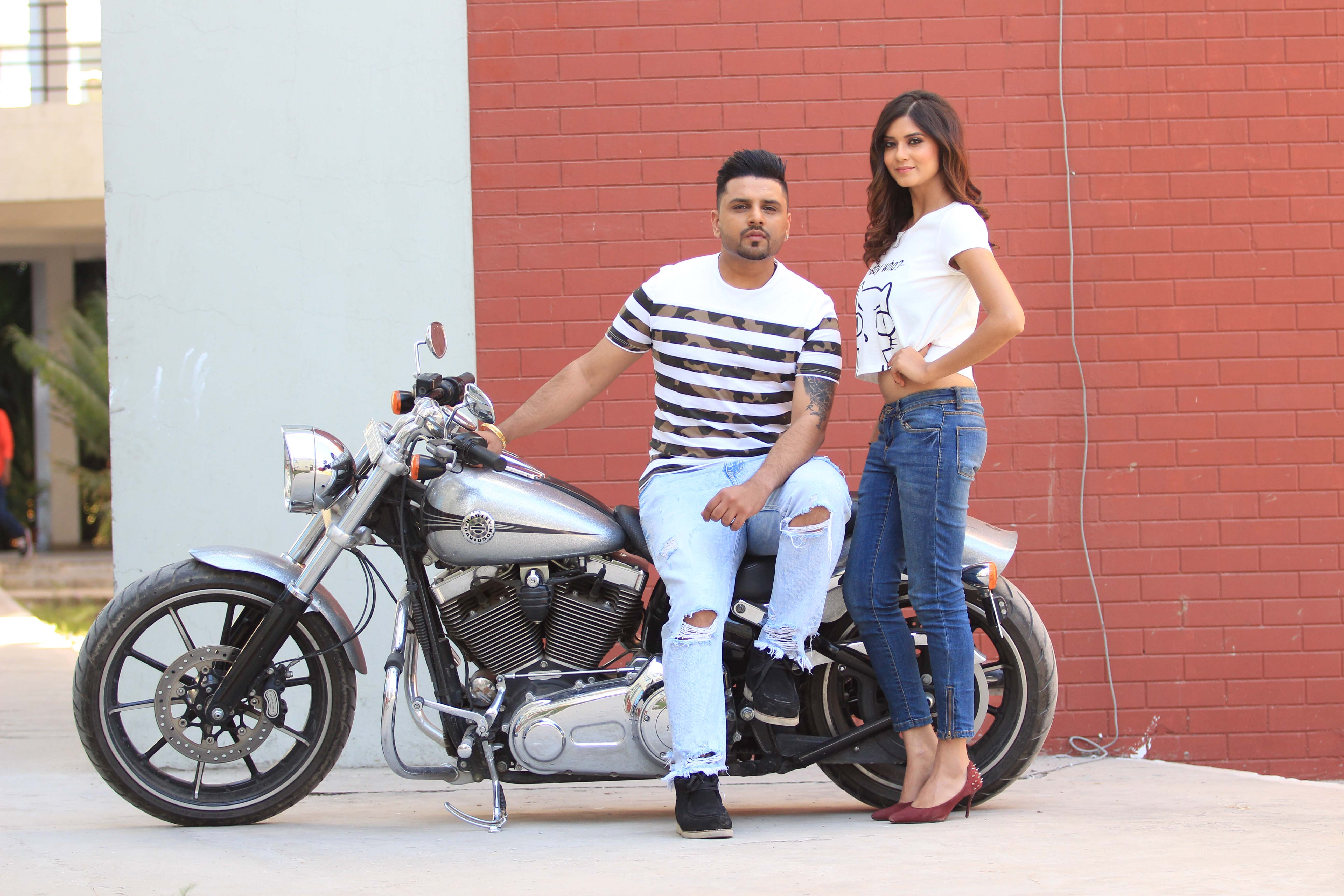 'Money Aujla' is here with his latest single 'Lecture 2'. The Bhangra beats of the song are extremely catchy and addictive.