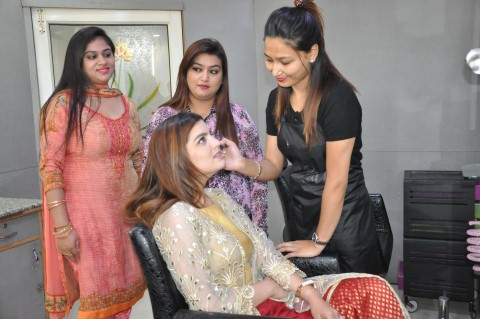With her upcoming movie- 'Qismat' starring Amy Virk going to hit the big screen soon, beautiful actress Sarika Raghwa who will be seen in an important role in the movie was seen promoting her film and getting a makeover in Chandigarh's popular salon- Tressed Up