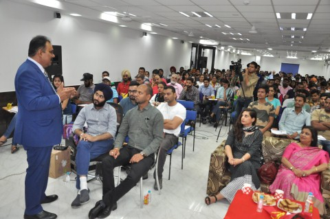 Success Guru A K Mishra conducts free seminar for aspirig