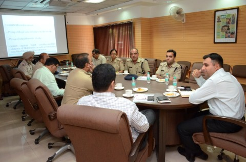 Today i.e. 13.6.2018, an inter-state co-ordination meeting between traffic police officers of Tri-city i.e. Chandigarh, Panchkula and Mohali was organized by Chandigarh Traffic Police at Police Headquarters, Sector 9, Chandigarh with a view to enhance coordination between traffic police units of Tri-city. The meeting was attended by Sh. Shashank Anand, IPS, SSP/Traffic & Security, U.T. Chandigarh, Sh. Tarun Rattan, SP/Traffic, Mohali, Sh. Munish Sehgal, ACP/Traffic Panchkula and all Traffic DSPs and TIs of Chandigarh Traffic Police. In the meeting, inter-alia the following traffic issues were discussed:- Day-to-day communication between traffic police officials of Tri-city. Advisory/alerts regarding traffic congestion in Tri-city. Co-ordination needed for movement of emergency vehicles i.e. ambulances, fire brigades. Plying of auto rickshaws without permit and registration in Tri-city. Action against bikes with modified silencers.