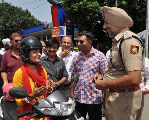 Sector 22 RWS gifts helmets to women on Rakhi
