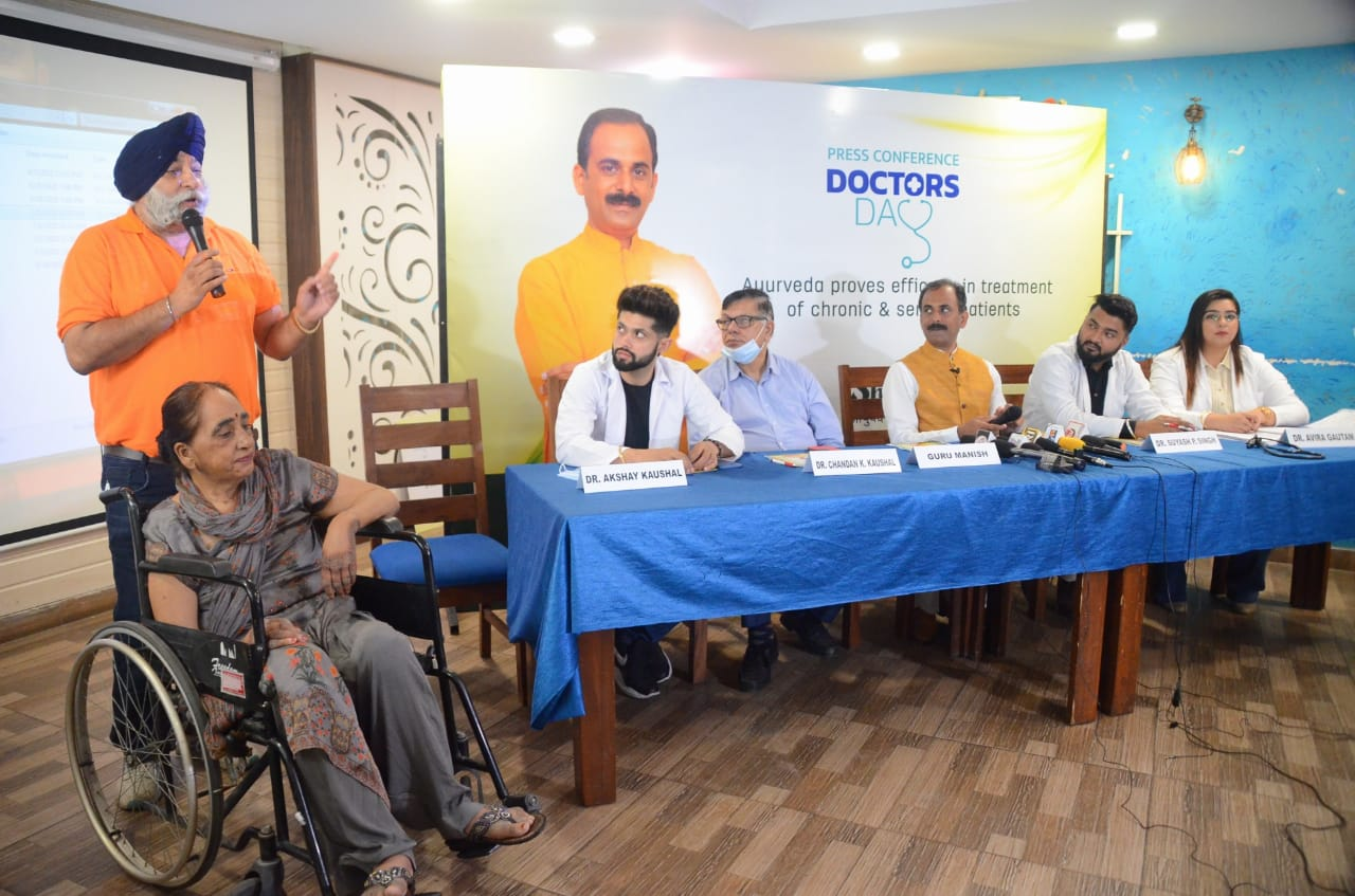 Famous Ayurveda expert Guru Manish felicitates doctors on National Doctors' Day
